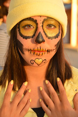 Matching nails (radargeek) Tags: 2017 october dayofthedead plazadistrict okc oklahomacity facepaint gold catrina