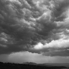 Tiempos de tormenta (Kasabox) Tags: black white blanco negro bn bw cielo sky nube nuvol cloud natura nature nostalgia concepto concept emocion emotion tiempo weather clima lluvia rain luz light