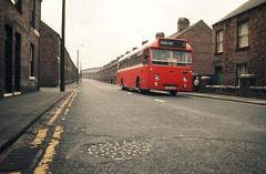 Linienbus mit Junge, Durham, UK, Aug 1973