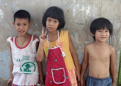 brothers and sister (the foreign photographer - ฝรั่งถ่) Tags: two brothers sister apron khlong lard phrao portraits bangkhen bangkok thailand nikon d3200