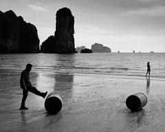 Strandspiele (Leicaluke) Tags: thailand aonang bw monochrom leica m beach