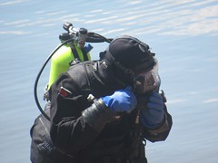 Getting the straps right (chemsuiter) Tags: interspiro fullfacemask diver