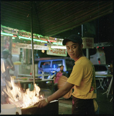 who? (chtaudt) Tags: 2018 night dezember penang color ishootfilm street guerneydrivehawkercenter asia travel filmisnotdead iso800 malaysia reise 6x6 food hawkercentre nikkorpc75mmf28 mittelformat filmphotography zenzabronicas2a push georgetown mediumformat kodakportra400 pasembur strase foodmarket