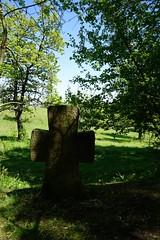 Steinkreuz (Sascha Klauer) Tags: bäume blauerhimmel bluesky burggleichen deutschland frühjahr frühling germany gras grass grenze grenzkreuz grenzstein ilce7 kreuz lichtspiel natur nature schatten sonya7 sonyalpha7 sonyilce7 spring steinkreuz thüringen thuringia tree wiese