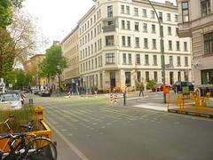 Kreuzung Bergmannstraße (Jörg Paul Kaspari) Tags: berlinkreuzberg berlin bergmannstrase verkehrsberuhigung urban parklet experiment querung übergang strase verkehr traffic markierung dot dots punkt punkte signalmarkierung kreuzung