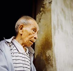 Cụ già ven hồ. (Hanoi L i f e A r t) Tags: tuanducpham hanoi hanoilifeart streetlife portrait vietnam ngc rolleiflex 35f lomo100 filmphoto analogphoto 120mm mediumformat