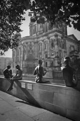 Bañistas en Rio Spree (Berlin) (Edu Grana) Tags: berlin rio spree bañistas blanco y negro catedral dom chicas muchacho