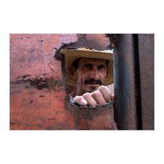 Juan Carlos (>> Anne) Tags: tataouane cuba workshop portrait juancarlos portail métal main hand visage chapeau hat rencontre surprise rouge red
