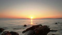 Testimonios de fe (marreroperaltatalia) Tags: piedra puestadesol mar cielo lecturasdeldía cómooraradios dios costa playa bahía paisaje elagua
