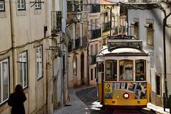 Lisbona (venturidonatella) Tags: lisbona portogallo portugal europa europe street strada streetlife streetscene streetphotography tram giallo yellow colori colors emozione emotion vicolo alley persone people gentes gente nikon nikond500 d500 lisboa