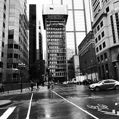 Là-haut, le travail a commencé... (woltarise) Tags: montréal rues mcgillcollegedemaisonneuvd intersection streetwise iphone7 travailleurs pluie matin construction travaux buildings downtown centreville