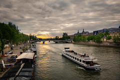 Bateau mouche sur la Seine (jlmicrocosm) Tags: sunset sunrise soleil nuages clouds cloud cloudy seine water eau fleuve paris france capitale bateau boat city ville