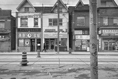 Toronto 2018_253 (c a r a p i e s) Tags: carapies cityscapes 2018 canada ontario toronto dundasst chinatown nikondf blancoynegro bw blackwhite urban urbanphotography fotografiaurbana urbanidad urbvanidad urbvanity urbanphoto streetphoto architecture arquitectura