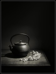 Still life cast iron pot (jrpsw) Tags: digitalphotography stilllifephotograpy castironpot nikond3200 blackandwhitephotography