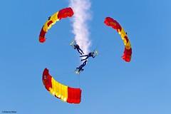 Getafe Airshow 2019 (Ejército del Aire Ministerio de Defensa España) Tags: aviación aviation militar military getafe baseaérea airbase airforce fuerzaaérea españa madrid ejércitodelaire avión aeronaves papea paracaidismo paracaidas parachute parachuting espejo triple caída