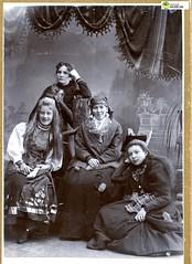 tm_11453 (Tidaholms Museum) Tags: svartvit positiv blackandwhite kvinnor kvinna gruppfoto grupporträtt lady dam vänner vänskap systerskap