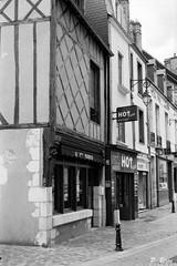 Maison XVe s. rue Delaborde à la Ferté-Bernard (Philippe_28) Tags: lafertébernard sarthe 72 france europe argentique analogue camera photography photographie film 135 bw nb maison colombage pansdebois