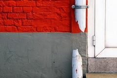 breuk - lijnen (roberke) Tags: muur wall facade red rood grey grijs cement detail door deur stuk broken kapot lines lijnen lijnenspel