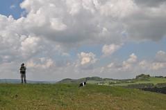 """Der Fotograf (Uli He - Fotofee) Tags: ulrike """"ulrike he"""" uli """"uli hergert"""" hergert nikon """"nikon d90"""" fotofee fotografie hobbie wanderung rhön """"hessische rhön"""" wasserkuppe pferdskopf eube guckaisee himmlisch wandern wolken himmelblau orchideen """"wilde orchideen"""" berge vulkan vulkane"""