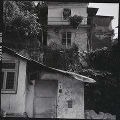 slums of Hong Kong (Vinzent M) Tags: hong kong 香港 zniv tlr rollei rolleiflex 35 zeiss planar kodak tri x
