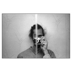 Döda vinkeln (MilosHortagaard) Tags: mirroe selfportrait bathroom wallpaper leicaiiif elmar5cm28 ilfordhp5