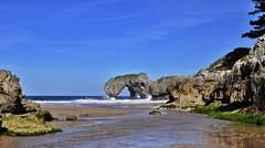 Playa de la Huelga, Hontoria, Asturias. (Santos M. R.) Tags: rocas agua mar cantábrico sea verde azul olas blanco cielo nubes clouds