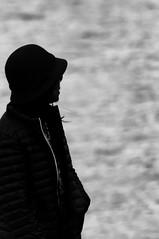 Contemplando... (Ricardo Pallejá) Tags: street sombras shades silueta sun salou sea nikon d500 urbana urban urbanexploration tarragona textura travel turismo monocromático monocromo blancoynegro bw blackandwhite girls virado