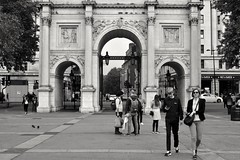 Marble Arch, London (haiku-do.photography) Tags: streetphotographybw streetphotographer streetphographer streetphotography streetpeople blancoynegro blackandwhite bnw monochrome londonstreets londonstyle londonstreetphotography london