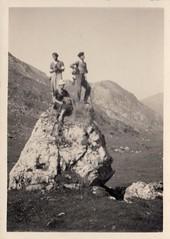Trois personnes et un rocher (Cletus Awreetus) Tags: photographie photoancienne homme femme rocher montagne paysage