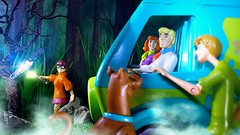 Hey guys, I think this could be a clue. (custombase) Tags: scoobydoo figures scooby shaggy rogers daphne blake fred jones velma dinkley mysteryinc mysterymachine clue haunted forest toyphotography diorama