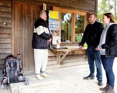 EICHSTÄTT - TELLING STORIES FROM THE GOOD OLD DAYS (Maikel L.) Tags: deutschland europa europe alemania germany bayern bavaria eichstätt people tellingstories kiosk leute zuhören listening stories woman frau