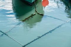 RAIN0358.jpg (Rainer ❏) Tags: geometrie geometry viereck quadrilateral seile ropes tau bootsfender boatfender hafen harbor wasser water port cobh countycork ireland irland spiegelung rot color xt2 rainer❏