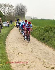 le Paris Roubaix sur les pavés (louis.labbez) Tags: saintpython nord france parisroubaix course race vélo cyclisme cycliste coureur champion pavé secteur labbez 59 classique couleur casque poussière dust campagne sport échappée ligne