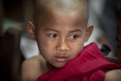 Birmanie: moinillon au monastère d'Ava. (Claude Gourlay) Tags: birmanie myanmar burma claudegourlay portrait ava asie asia religion moine moinillon monastère buddha bouddhisme