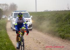 Un coureur retardataire du Paris Roubaix sur les pavés (louis.labbez) Tags: saintpython nord france parisroubaix pavé course race cyclisme cycliste coureur chemin route cycle labbez poussière dust