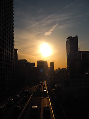 toward the evening sun (murozo) Tags: 夕方 太陽 首都高速 都心環状線 道路 車 空 ビル inner circular route shuto expressway tokyo japan 東京 日本