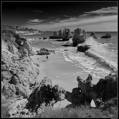 Alone on the beach (LilFr38) Tags: lilfr38 fujifilmxpro2 fujifilmfujinonxf1024mmf4rlmois lagos algarve portugal blackwhite noirblanc beach ocean wave rock plage océan vague rocher