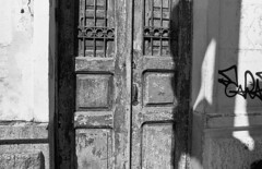 Old Door (Manuel Goncalves) Tags: door santos 35mmfilm blackandwhite brazil street building nikonfg20 nikkor50mmf18 epsonv500scanner berggerpancro400
