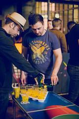 Teilnehmer schenken das Bier in die Becher ein. Beer Pong Vienna 2019