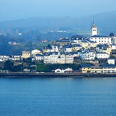 Castropol (nuska2008) Tags: nuska2008 nanebotas castropol asturias españa ríadeleo olympussz30mr edificios iglesia montes ´tejadosdepizarra bruma azulesyblancos