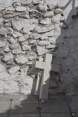 Cristo tras la cruz. (elojeador) Tags: cementerio cementeriodepurchena cruz mármol cristo crucifijo piedra cal losa encrucificado elojeador