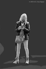 Mujer buscando un numero de teléfono (T.I.G. Foto Digital) Tags: mujer españa ciudad nikon calles callejeando paseo paseando gente camino urbano madrid telefono buscando numero bw