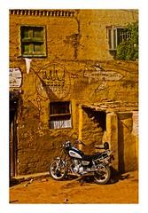 Voyage en train (10) (Marie Hacene) Tags: lecaire egypte assouan train maison avion moto fenêtre mur village
