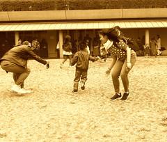 Juegos en domingo (Felipe Sérvulo) Tags: juego hierba señora niño señor mujer hombre personas corre family familia monocrome sepia panasonic dmcfz200 ƒ40 84 mm 1320 100