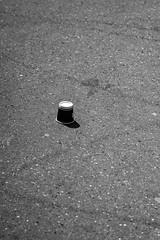 Couleur. [Colors] (Adrien GOGOIS) Tags: minolta mc tele rokkor 135 f28 135mm black white monochrome street shadow silhouette floor pavement litter garbage coffee city urban scene old vintage manual legacy prime lens glass sun light