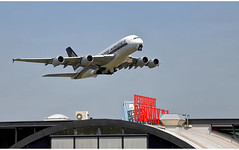 Singapore Airlines 9V - SKW (Stefan Wirtz) Tags: 9vskw zrh lszh singaporeairline singaporeairlines singaporea380 airbusa80 a380 a380841 airbusa380841 kloten zürich zürichairport zürichflughafen zurich kantonzürich airportzürich aeroportzurich flughafenzürich flughafen flugzeug flug passagiermaschine passagierjet jet jetplane plane airplane aeroplane runway runway16 restaurantrunway34 start startphase departure abflug widebody grossraumflugzeug langstreckenflugzeug schweiz switzerland suisse cockpit himmel abheben
