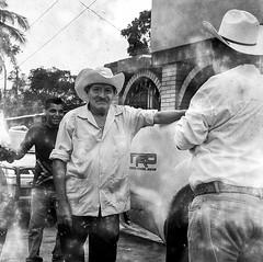 Mal revelado en Ojitlán (Marcos Núñez Núñez) Tags: streetphotography street streetphotographer analog film analogphotography filmphotography rolleiflex rolleiflex35f ilford ilfordhp5plus ilfordhp5 méxico oaxaca ojitlán blancoynegro 6x6 120mm blackandwhite bw byn formatomedio