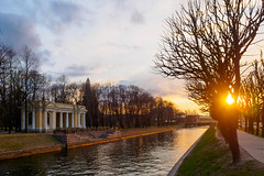 Moyka river. Rossi pavilion (Suicidal_zombie) Tags: russia russie russland saintpetersburg stpetersburg saint petersburg moyka river rossi pavilion water sun sunset tree skyscape cityscape city channel