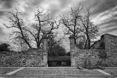 La puerta (Guillermo Relaño) Tags: puerta door gate guillermorelaño nuevobaztán madrid sony a7 alpha alfa ilce m3 markiii blancoynegro blackandwhite byn bw
