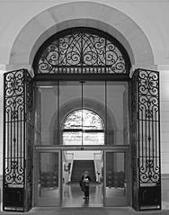 arquitectura y geometría.2 (Luis Mª) Tags: arquitectura monocromático blancoynegro sansebastian donostia geometría marinieves portada puerta rejas